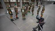 Dieses Mal mit dem Smartphone bewaffnet: Soldaten der Julius-Leber-Kaserne testen eine Corona-App.