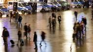 Der Kölner Hauptbahnhof mit seinem Vorplatz vom Kölner Domplatz aus gesehen am Dienstagabend, 05.01.2016. Einsatzkräfte der Polizei stehen mit Fahrzeugen in Bereitschaft um die Lage zu sondieren, wegen angekündigter Demos als Reaktion auf die Vorfälle der Angriffe in der Silvesternacht.