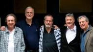 Eric Idle (l.), John Cleese, Terry Gilliam, Michael Palin und Terry Jones vor ihrem großen Auftritt