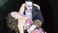 Emmy (Maria Fiselier) und der Vampir (Heiko Trinsinger) an der Komischen Oper Berlin.