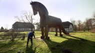 Auch wenn sich manche so den Amtsschimmel vorstellen: Das Foto zeigt die Nachbildung des Trojanischen Pferdes vor Heinrich Schliemanns Geburtshaus