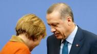 Die Botschaft der Kanzlerin vor ihrer Reise in die Türkei: Dem gekränkten Präsidenten mag Genugtuung zustehen, aber er soll sich am deutschen Rechtsstaat ein Beispiel nehmen. Merkel und Erdogan im Februar 2013 beim Abschied nach einer gemeinsamen Presskonferenz.
