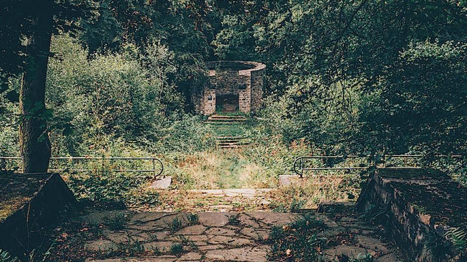 Vom Wald zurückerobert: der 1934 errichtete Thingplatz in Windeck-Herchen