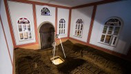 Woher kommt, wohin führt dieser Schacht? Walid Raads Installation in der Synagoge Stommeln