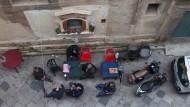 Wenn die Kunstszene in diesem Sommer nach Palermo pilgert, wo am 16. Juni die vom Office for Metropolitan Architecture (OMA) kuratierte Manifesta eröffnet, dann wird das kein Selbstläufer. Denn die zeitgenössische Kunst hat in der Hauptstadt Siziliens einen schweren Stand; zu allgegenwärtig und überbordend ist die Macht – und die Pracht! – der Geschichte.