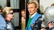 Am Anfang war ein Inserat: Claus Müller-Todt (Oliver Masucci) und seine Frau Evi (Katja Riemann) bekommen unerwarteten Besuch.