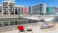 """Neubauten verwischen die herbe Anmut der Stadt: Laut einer Broschüre ist der Offenbacher Hafen """"Lebenswelt von morgen""""."""