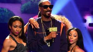 Aus dem Background winkt Snoop Dogg