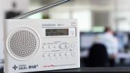 Wie bleiben wir auf Empfang? Für Radiogenuss ohne Hörfunk stehen der digitale Übertragungsstandard DAB und das Internet bereit.
