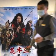 """Mitarbeiter in einem Kino in Peking Mitte September vor Filmplakaten zu den westlichen Blockbustern """"Tenet"""" und """"Mulan"""""""