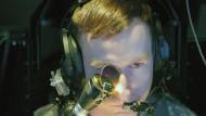 Technisch potenzierter Blick: Pilot eines Apache Longbow Helikopters mit Wahrnehmungssystem