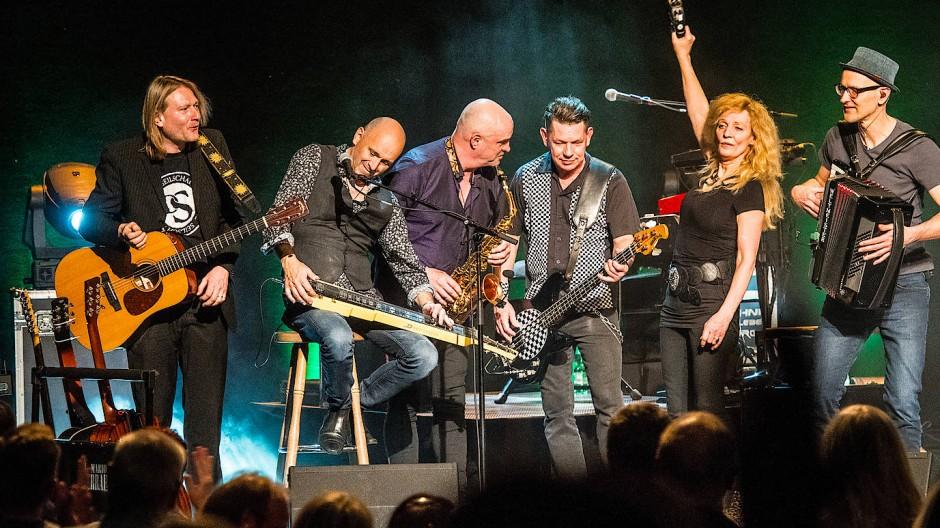 Hat nach dem Tod Georg Gundermanns 1998 weitergespielt: Die Seilschaft, links mit dem Sänger Christian Haase, rechts Tina Powileit und Michael Nass
