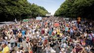 """Als """"zu gefährlich"""" bewertete ein ZDF-Team um Dunja Hayali die Anti-Corona-Demo in Berlin am Samstag."""