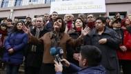 Der harte Kern des Widerstands gegen den türkischen Präsidenten Erdogan: Vor dem Universitätsgebäude demonstrierten Menschen am Mittwoch gegen die Massenentlassungen nach dem Erlass des Notstandsdekrets.