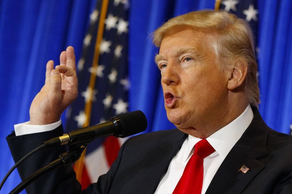 """""""Big and bold and daring"""": Trump spricht im Januar bei seiner ersten Pressekonferenz nach der Wahl, nachdem er der Presse lange nicht zur Verfügung stand."""