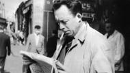 Journalismus war für ihn wie Fußball und Theater: Albert Camus mit Zeitung und Zigarette in Paris, 1959