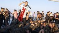 Ein Zivilist schlägt in Istanbul auf türkische Soldaten ein, die an dem Putschversuch vom Juli 2016 beteiligt gewesen sein sollen.