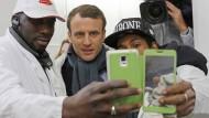 Der französische Präsidentschaftskandidat Emmanuel Macron posiert für ein Selfie auf dem Großmarkt Rungis in Paris