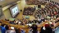 Angehende Skepsis-Profis: Studierende hören sich in Leipzig eine Vorlesung an.