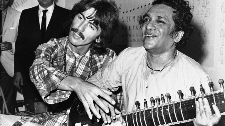 Vom Guru lernen: Ravi Shankar (1920 bis 2012) mit seinem Schüler George Harrison im Jahr 1967