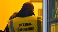Wann ihr Einsatz gerechtfertigt ist, ist eine politische Entscheidung: Steuerfahnder bei der Arbeit in Brandenburg.