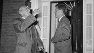David Talbot will unbedingt eine These belegen. Deshalb wird CIA-Chef Dulles (links, mit John Kennedy) sogar zum Hochverräter und Nazi-Kollaborateur gemacht.