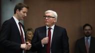 Vor der Sitzung: Frank-Walter Steinmeier (r.) im Gespräch mit dem Ausschussvorsitzenden, Patrick Ernst Sensburg