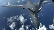 Amerikanisches Kampfflugzeug über dem Meer