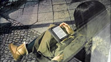 Eine E-Book-Leserin in Berlin. Viele Anbieter digitaler Literatur haben ihren Sitz in der Hauptstadt.