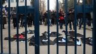Aus Protest gegen die Entlassungen legen Akademiker an der Universität von Ankara im Februar ihre Roben auf die Straße.