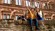 Alle Wege führen nach Heidelberg: Wer als Reisender aus Fernost die Stadt samt Schlossruine nicht gesehen und kein Beweisfoto aufgenommen hat, ist eigentlich gar nicht da gewesen.