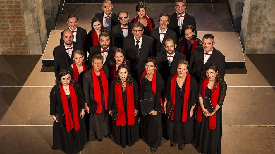 Der Dresdner Kammerchor mit seinem Dirigenten (Mitte)