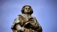 Die Beethoven-Statue auf dem Münsterplatz in Bonn, der Geburtsstadt von Ludwig van Beethoven.