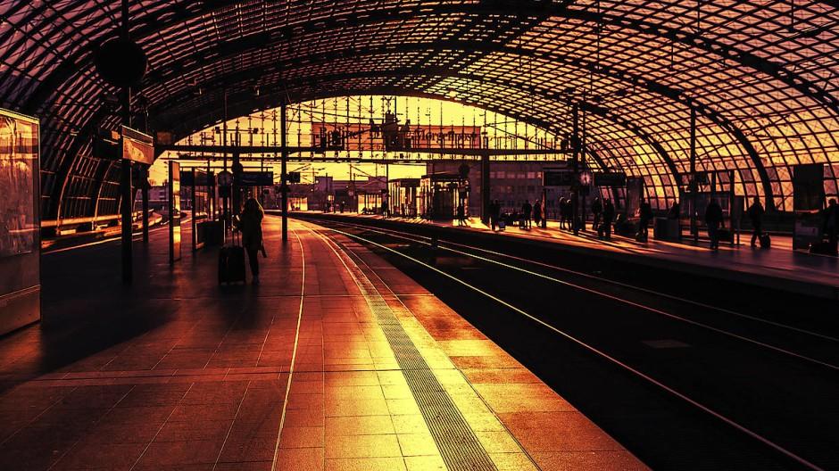 Beweglichkeit ist für viele ein Ideal unserer Zeit: Berlins Hauptbahnhof im Gegenlicht