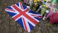 Flagge und Blumen unweit des Ortes, an dem die britische Labourabgeordnete tödlich verwundet wurde.
