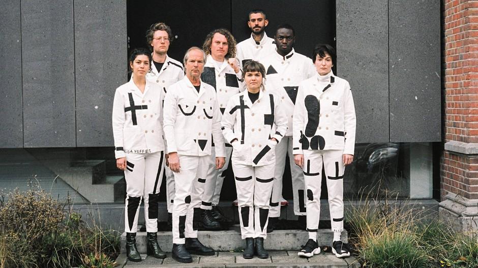 Suprematistisch gezeichnete Körper: Die Künstlerin Alisa Yoffe (ganz rechts) entwirft Kleidung für das minimalistische Amsterdamer Haus Bonne Suits.