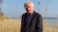 Martin Walser am Ufer des Bodensees. Der Schriftsteller hat ein Haus in Nußdorf.