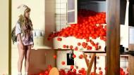 """Kathrin Angerer als Hilde Wangel in Frank Castorfs Volksbühnen-Inszenierung von Ibsens """"Baumeister Solness"""" aus dem Jahr 2014"""