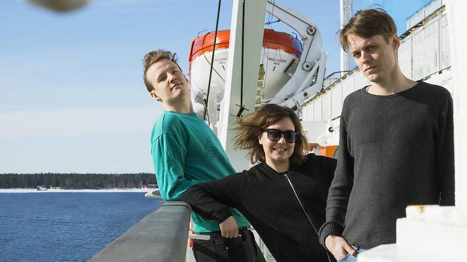 Sonniger Tanzpop mit seltsamer Lyrik: Mattias Björkas, Tina Kärkinen und Daniel Ventus singen jetzt auf Deutsch, nicht nur über die Flora und Fauna rund um Vaasa.