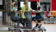 Die Vorgaben der Bildungspolitik stecken mittlerweile oft in Rechnergehäusen: Schüler einer Grundschule am Computer-Arbeitsplatz
