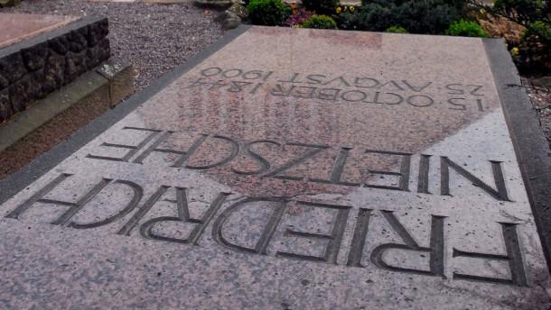Sanft geruht auf Nietzsches Grabplatte
