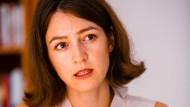 """Die Wissenschaftlerin Julia Ebner, Autorin des Buchs """"Radikalisierungsmaschinen"""", beim Gespräch in der Berliner Redaktion"""