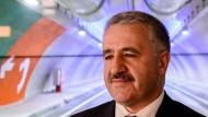 Zu schnell für einen Roboter: der türkische Kommunikationsminister Ahmet Arslan