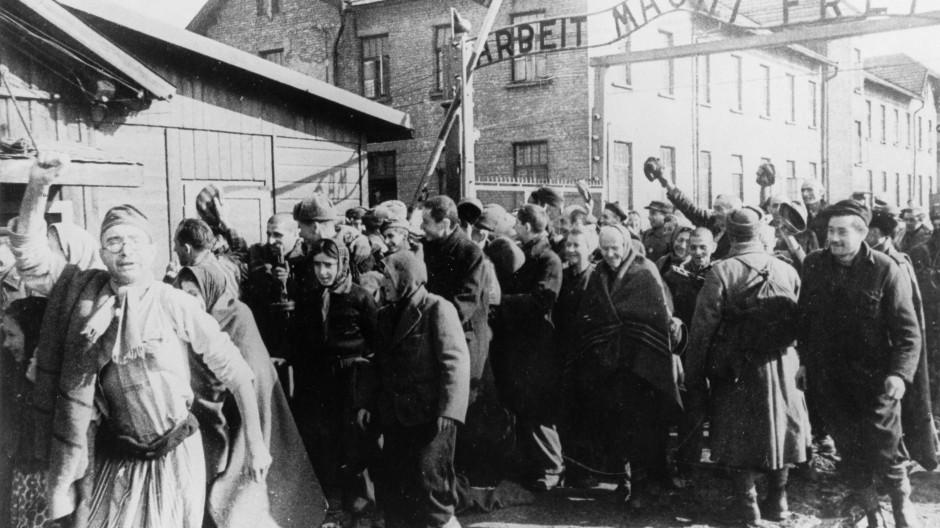 Ende Januar 1945: Häftlinge verlassen das Konzentrationslager Auschwitz.