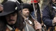 Zu den Waffen: Mit dem Prager Fenstersturz im Mai 1618 beginnt der Dreißigjährige Krieg und damit der bis heute letzte große Religionskrieg in Europa.