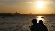 Wehe, sie küssen sich: junges Liebespaar am Bosporus