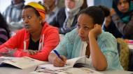 Flüchtlinge nehmen in Halle an der Saale an einem Deutschkurs teil.