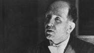 Ein Mann für die Fassade des Rechts im NS-Staat: Roland Freisler, Präsident des Volksgerichtshofs von 1942 bis 1945, um 1944 an seinem Schreibtisch