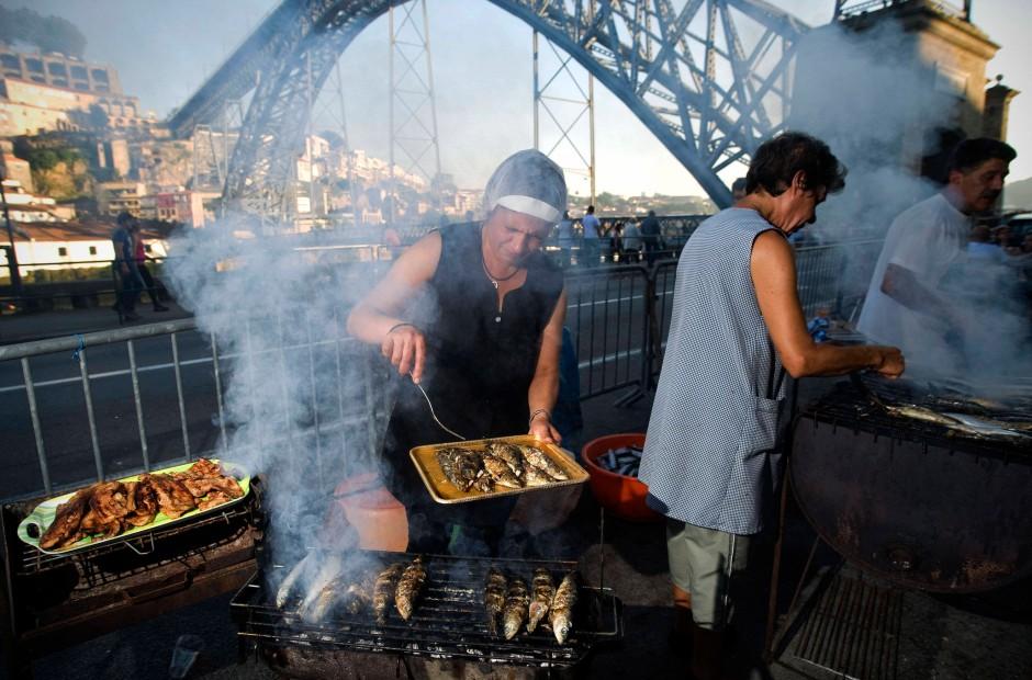 Ihrem Duft entgeht man nicht: Gegrillte Sardinen vor der Brücke Dom Luis I