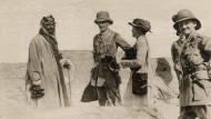 Ibn Saud, Sir Percy Cox und Gertrude Bell  (v.l.) 1917 in Basra, Irak